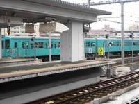 Sebuah kereta api sedang singgah di Stasiun Nara.