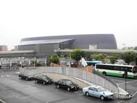 Tempat perhentian bas dekat Stasiun Nara, dan tempat parkir mobil di stasiun ini.