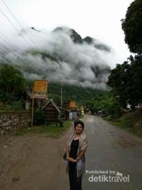 Pagiku di Muang Ngoi dengan latar pegunungan Karst.