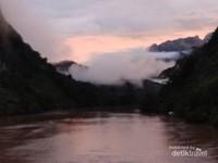 Keindahaan sungai Nam Ou dengan pegunungan Karst yang masih berkabut.