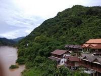 Rumah-rumah penduduk di tepian sungai Nam Ou.f