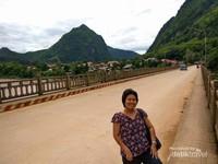 Narsis pun tidak salah untuk mengabadikan momen indah di Jembatan Sungai Nam Ou.