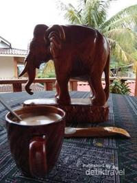 Seruput kopi pagi di Muang Ngoi Nuea.