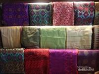 Songket dan tenun Palembang yang ada di gerai souvenir Palembang.