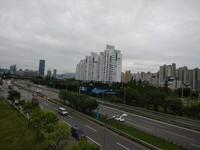 Jalan yang luas di sekitar Hangang Yoidu, namun relatif lengang.