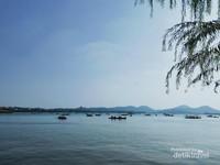 Pemandangan Danau yang luas dan banyak kapal tradisional yang di sewa pengunjung