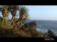 Pemandangan hamparan lautan pantai Kesirat di balik bukit