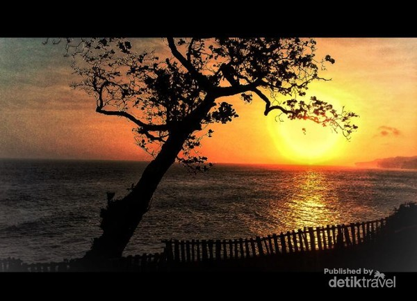 Senja sempurna di pantai Kesirat