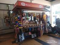 Di salah satu sudut taman kita dapat menemui penjual souvenir khas Melaka.