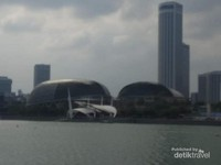 Bangunan-bangunan khas di sekitar Marina Bay.