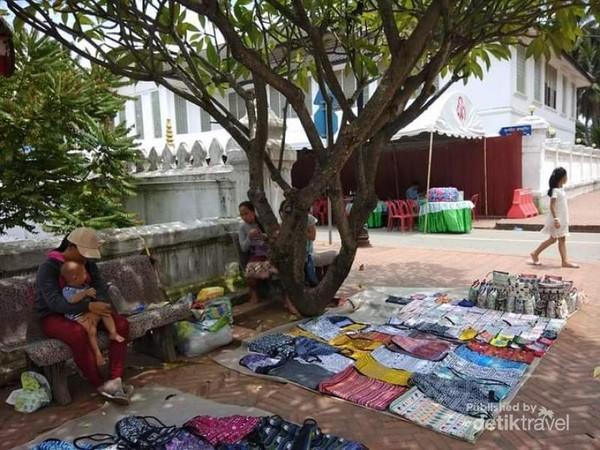 Pedagang yang mengadu peruntungan di pinggiran jalan Vatmay Souvannapoumaram.