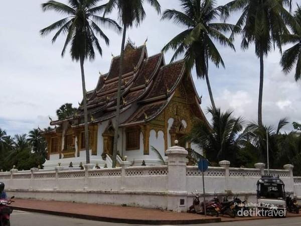 Nyiur indah melambai di sekitar kuil yang tidak jauh dari Vatmay Souvannapoumaram.
