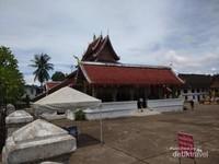 Halaman luas yang bersih kuil Vatmay Souvannapoumaram.