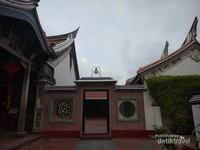 Bangunan sisi samping kuil.