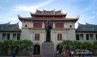 Patung Founder Xiamen University Mr Tan Kah Kee dengan bangunan memorial hall dibelakangnya