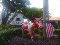 Patung lembu di sekitar yang di cat artistik.