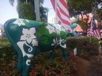 Satu lagi patung lembu ada di taman mungil ini.