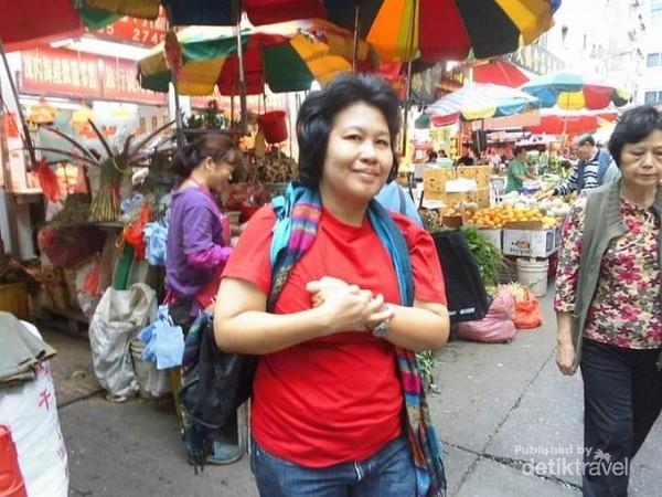 Berfoto di pasar tradisional Hong Kong.