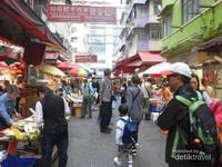 Ramainya pengunjung pasar Mong Kok di pagi hari.