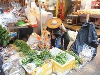 Seorang penjual aneka sayuran di pasar tradisional Hong Kong.