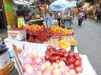 Buah-buahan yang dijual di pasar ini keliahatan segar.