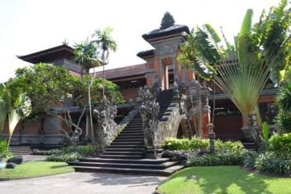 Taman dan tanaman di Taman Budaya Bali terawat cantik dan rapi.