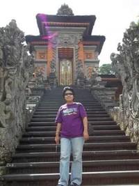 Berfoto di salah satu pintu masuk Taman Budaya Bali.