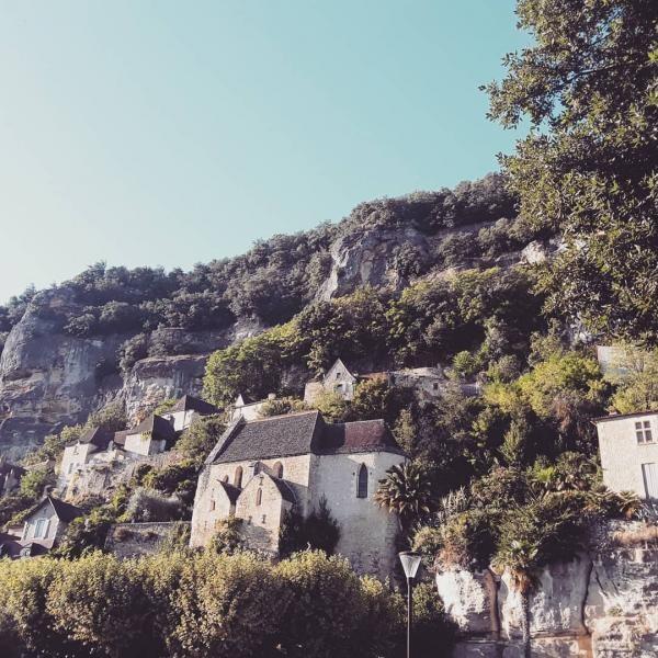La Roque-Gageac, dengan rumah-rumah dan gereja yang seperti