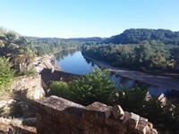 Sungai Dordogne dilihat dari tengah tebing