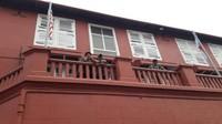 Spot foto menarik bagian atas bangunan merah.