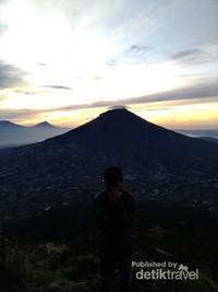 Gunung Sindoro dan Gunung Sumbing memiliki ketinggian yang hampir sama.