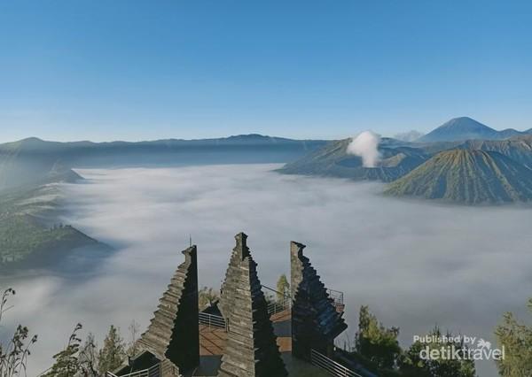 Suasana pagi Gunung Bromo yang masih berkabut tipis di Puncak Seruni.