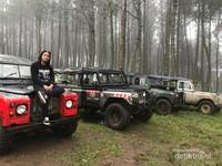 Enggak kalah keren berfoto dengan jeep-jeep dengan background hutan