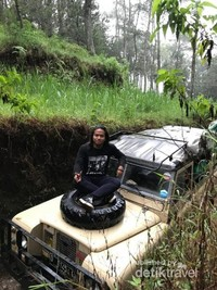 Berpose sambil menunggu jeep di depan yang sedang terjebak lumpur