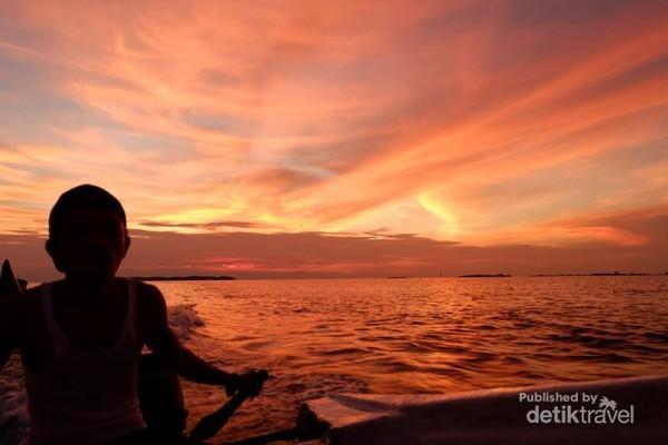 Tak jauh dari Jakarta sunset di Pulau Pramuka mampu memesona pengunjung