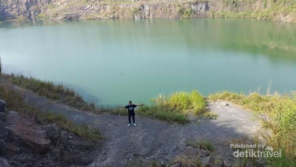 Air berwarna hijau di Danau Quarry Jayamix Rumpin, Tegalega, Cigudeg, Bogor.