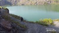 Danau yang dikelilingi tebing membuat takjub pengunjung.