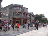 Ramainya pengunjung Jalan Qianmen di siang hari.