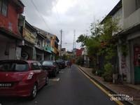 Jalanan kota lama yang masih sepi.