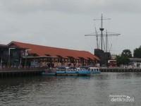 Perahu masih bersandar di dermaga sungai Melaka.