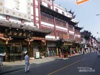 Deretan pertokoan di jalan Lishui Shanghai.