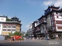 Menyusui lorong-lorong kawasan Lishui Road.