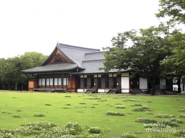 Nuansa Jepang yang sangat terasa di Taman Istana Osaka.