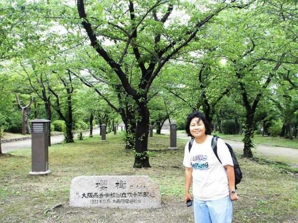 Berfoto dibawah teduhnya pohon.