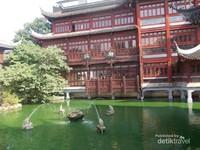 Indahnya kolam dan air mancur di Yuyuan Park