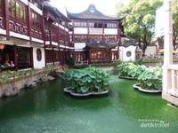 Kolam Yuyuan dipadati pohon teratai.