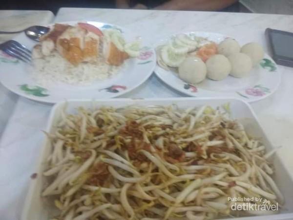 Kuliner khas ball-ball chiken rice.