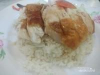 Nasi ayam yang sedap dengan bumbu khas.