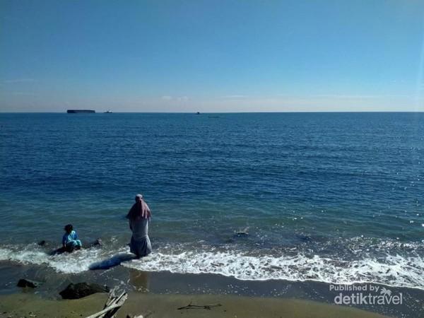 Birunya air laut menenangkan jiwa di Pantai Bohay