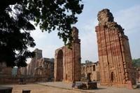 Qutub Minar, kawasan yang memiliki banyak pilar reruntuhan